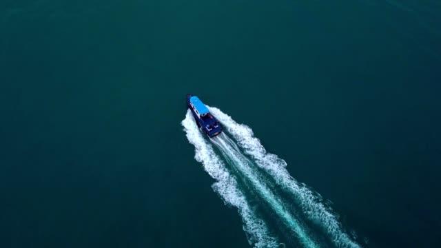 シンガポールの海でボートの空撮 - モーターボート点の映像素材/bロール