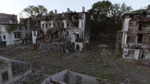 vidéos et rushes de aerial view of spooky abandoned buildings in brooklyn new york city - délabré