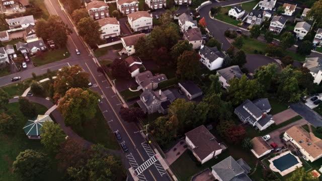 vídeos de stock, filmes e b-roll de vista aérea de springfield, new-jersey, eua, no por do sol. vídeo drone com o movimento da câmera para frente e inclinação para baixo. - localidade pequena