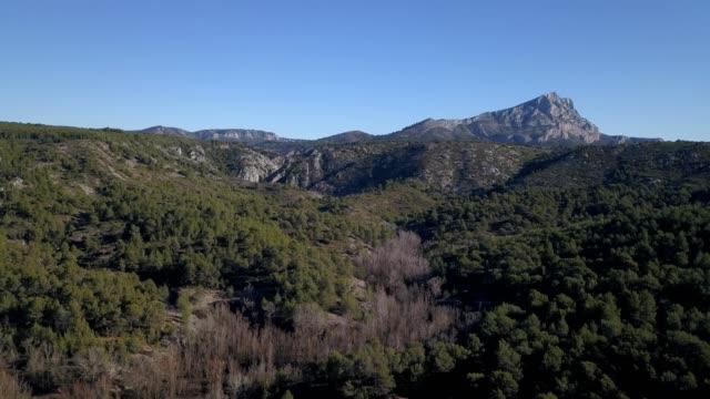 vídeos de stock, filmes e b-roll de aerial view of st. victoire mountain in aix-en-provence of france - aix en provence