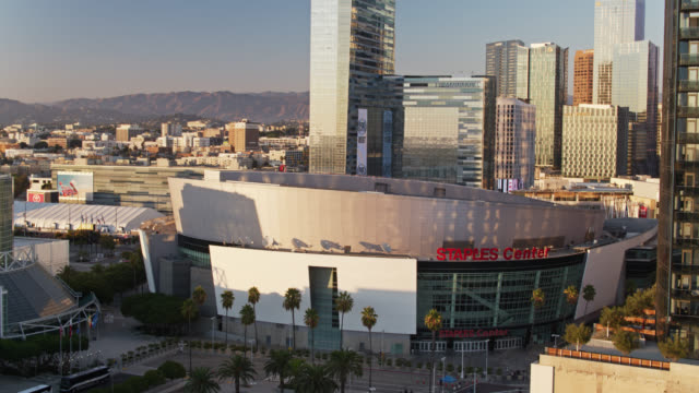 vídeos de stock e filmes b-roll de aerial view of staples center - microsoft theater los angeles