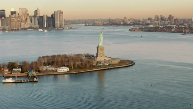 vídeos de stock, filmes e b-roll de aerial view of statue of liberty in the late afternoon - 2012