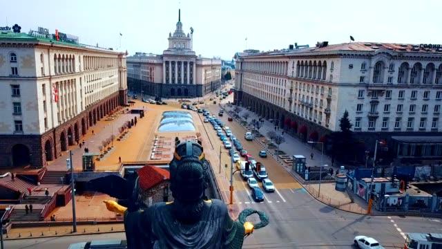 luftaufnahme der statue von sveta sofia/sofia-bulgarien - bulgarien stock-videos und b-roll-filmmaterial