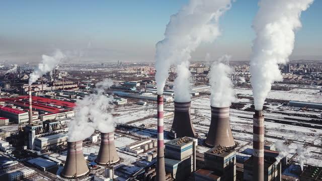 t/l luftaufnahme der stahlwerksindustrie im winter - sustainable energy stock-videos und b-roll-filmmaterial