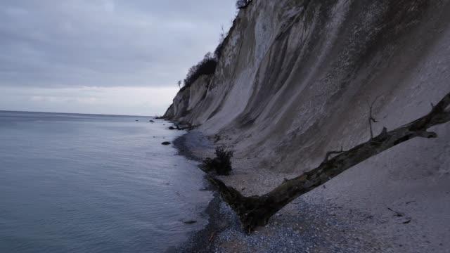 vídeos de stock e filmes b-roll de aerial view of steep bank to water's edge - water's edge