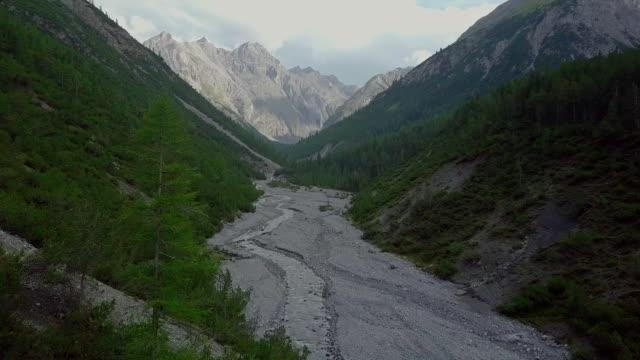 Flygfoto över stream i schweiziska bergen
