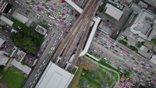 vídeos y material grabado en eventos de stock de aérea vista de intersección de la calle y puente de enlazan entre transporte mrt y bts en bangkok, tailandia - ubicaciones geográficas