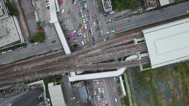 aerial view straße kreuzung und brücke verbindung zwischen mrt und bts massentransport in bangkok, thailand - draufsicht stock-videos und b-roll-filmmaterial