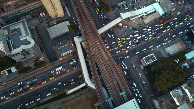 バンコク、タイの道路の交差点の空撮 - 列車の車両点の映像素材/bロール