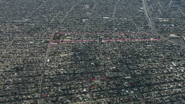 aerial view of street market in the slums of chimalhuacan. - slum stock-videos und b-roll-filmmaterial