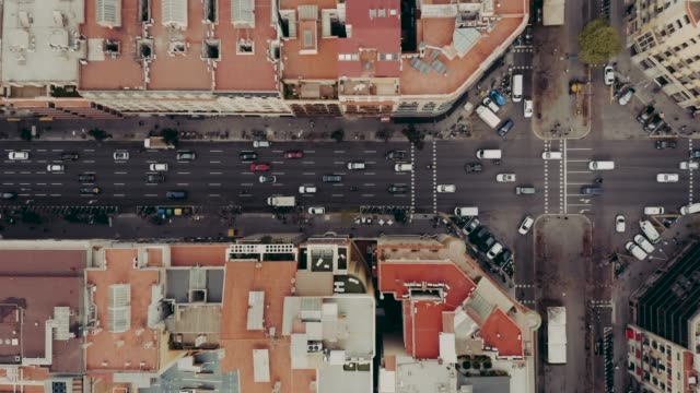 vídeos de stock e filmes b-roll de aerial view of street with cars in barcelona - city