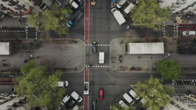 vídeos de stock e filmes b-roll de aerial view of street with cars in barcelona - autocarro