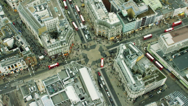 vídeos de stock, filmes e b-roll de aerial view of streets around oxford circus london - menos zoom