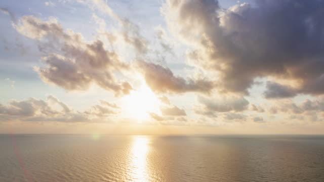 luftaufnahme von atemberaubenden hua hin zusammen mit goldenen sonnenschein. - horizon over water stock-videos und b-roll-filmmaterial