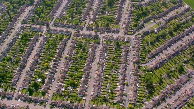 flygfoto av förorts hus i london, uk. 4k - kommunalt bostadsområde bildbanksvideor och videomaterial från bakom kulisserna