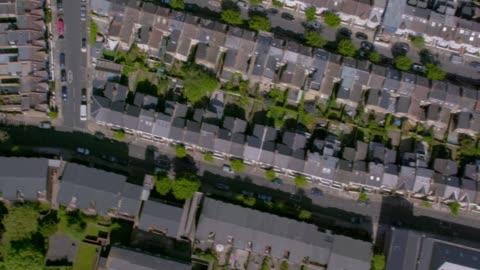 vidéos et rushes de vue aérienne de rues de banlieue à londres. 4k - lotissement