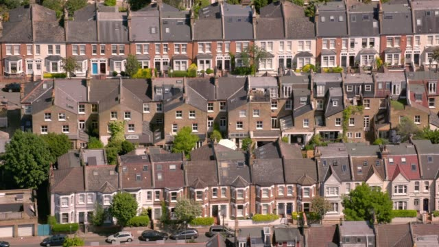 vídeos de stock e filmes b-roll de aerial view of suburban victorian houses in london, uk. 4k - terreno