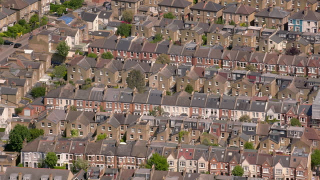 vídeos de stock e filmes b-roll de aerial view of suburban victorian houses in london, uk. 4k - edifício residencial