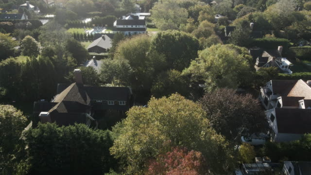 vidéos et rushes de aerial view of summer homes in the hamptons - town