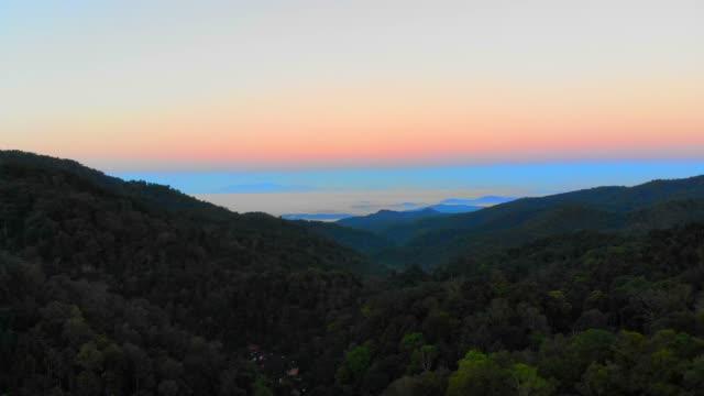 vídeos de stock, filmes e b-roll de vista aérea do nascer do sol na montanha - cidade pequena