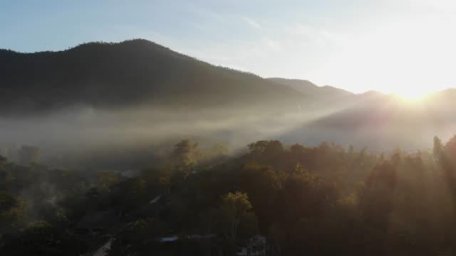 luftaufnahme der sonnenaufgang am berg - tropisch stock-videos und b-roll-filmmaterial