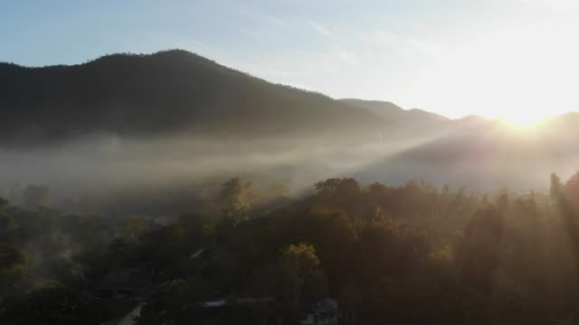 luftaufnahme der sonnenaufgang am berg - tropical climate stock-videos und b-roll-filmmaterial