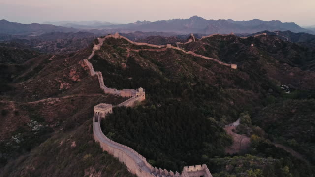 vidéos et rushes de aerial view of sunrise of the great wall - grande muraille de chine