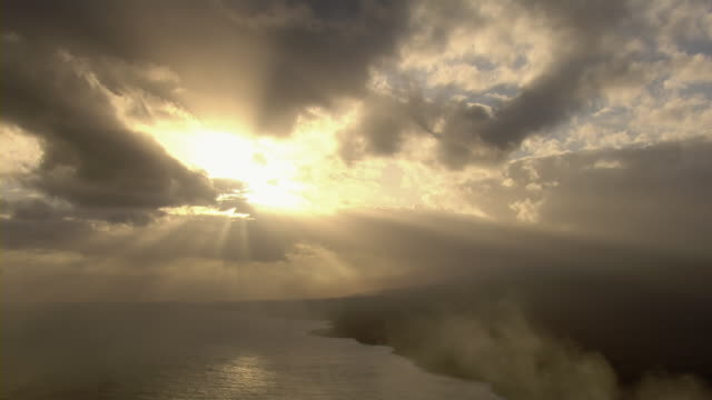 aerial view of sunset at hawaii volcanoes national park. - 太陽光線点の映像素材/bロール