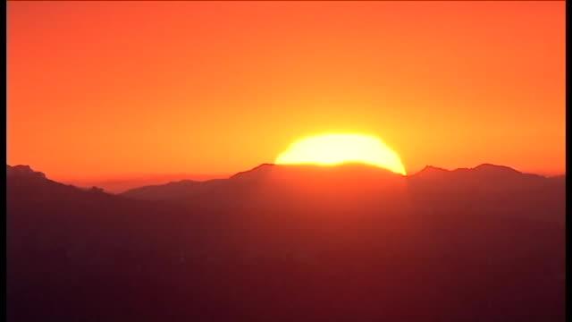 aerial view of sunset in los angeles. - ロマンチックな空点の映像素材/bロール