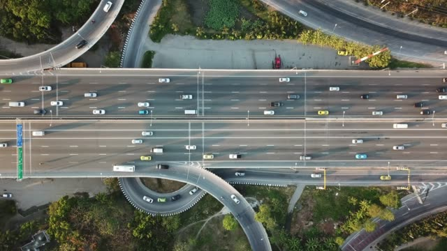 vídeos de stock e filmes b-roll de aerial view of super highway during rush hour - alfalto