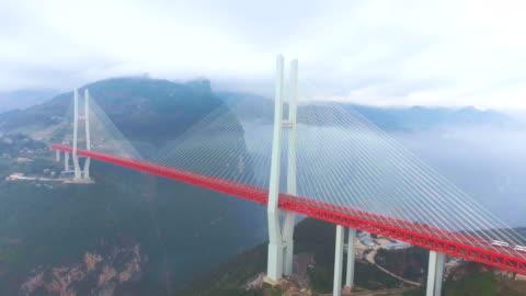 flygfoto över hängbron ansluta mellan the mountain, ghuizhou, kina - hängbro bildbanksvideor och videomaterial från bakom kulisserna