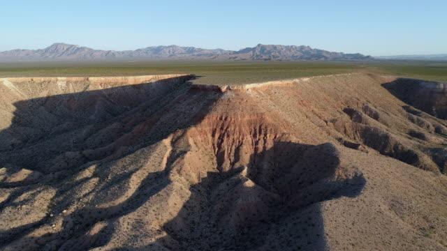 vidéos et rushes de vue aérienne des montagnes de table dans une montagne voisine mesquite, nevada, usa, au début du printemps. drone vidéo 4k uhd avec le mouvement de la caméra à avance lente. - comté de clark nevada