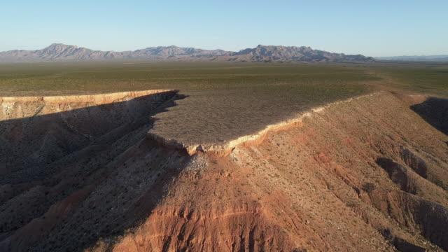 vidéos et rushes de vue aérienne des montagnes de table dans une montagne voisine mesquite, nevada, usa, au début du printemps. drone vidéo 4k uhd avec le mouvement de la caméra vers l'avant et l'ascendant. - comté de clark nevada
