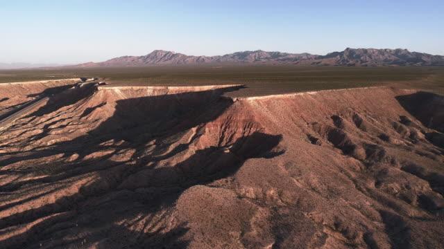 vidéos et rushes de vue aérienne des montagnes de table dans une montagne voisine mesquite, nevada, usa, au début du printemps. drone vidéo 4k uhd avec le mouvement de la caméra avant. - comté de clark nevada