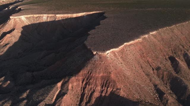 vidéos et rushes de vue aérienne des montagnes de table dans une montagne voisine mesquite, nevada, usa, au début du printemps. drone vidéo 4k uhd avec le mouvement de caméra vers l'avant et l'inclinaison vers le bas complexe. - comté de clark nevada