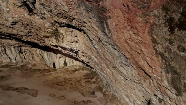 flygfoto över tonåringen rock klättrare i aktion i pyrenéerna - klätterutrustning bildbanksvideor och videomaterial från bakom kulisserna