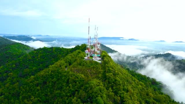 flygfoto över telekommunikation antenn i skogen - radio och tv utsändning bildbanksvideor och videomaterial från bakom kulisserna