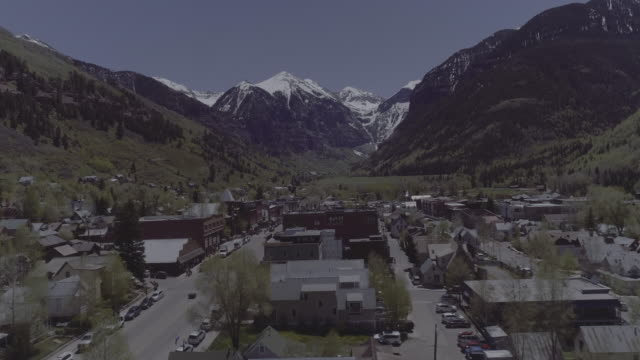 aerial view of telluride with mountains - コロラド州点の映像素材/bロール