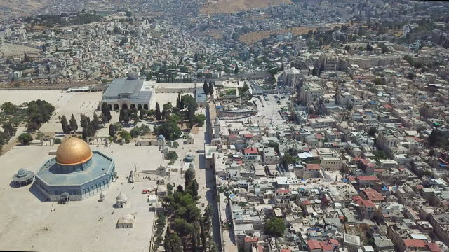 aerial view of  temple mount, dome of the rock and al-aqsa mosque/ jerusalem old city tracking shot - shrine stock videos & royalty-free footage