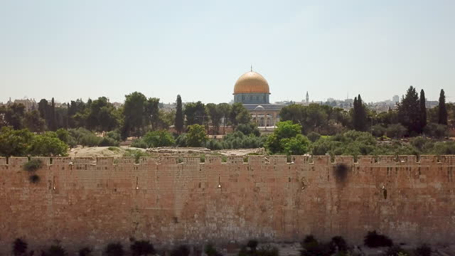 aerial view of temple mount, dome of the rock and al-aqsa mosque / jerusalem old city - パレスチナ文化点の映像素材/bロール