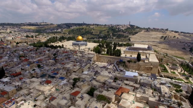 aerial view of temple mount, dome of the rock and al-aqsa mosque - gerusalemme video stock e b–roll
