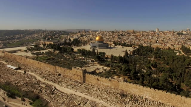aerial view of temple mount, dome of the rock and al-aqsa mosque - kuppeldach oder kuppel stock-videos und b-roll-filmmaterial
