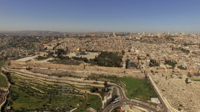 aerial view of temple mount, dome of the rock and al-aqsa mosque - cupola video stock e b–roll