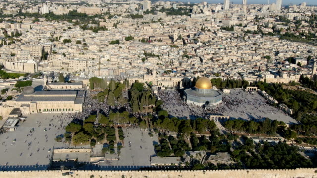 aerial view of temple mount, dome of the rock and al-aqsa mosque, with muslim prayers / jerusalem old city - palestinian stock videos & royalty-free footage