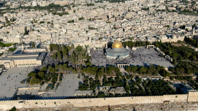 stockvideo's en b-roll-footage met aerial view of temple mount, dome of the rock and al-aqsa mosque, with muslim prayers / jerusalem old city - rotskoepel