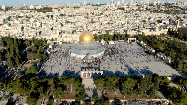 aerial view of temple mount, dome of the rock and al-aqsa mosque, with muslim prayers / jerusalem old city - pilgrim stock videos & royalty-free footage