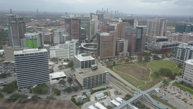 vídeos de stock e filmes b-roll de aerial view of texas medical center in houston, texas. - edifício médico