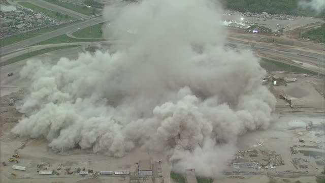 vidéos et rushes de kdaf aerial view of texas stadium implosion on april 11 2010 - imploding