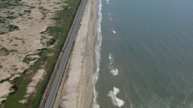 vidéos et rushes de aerial view of texas state highway 87 and the beach on the gulf coast of mexico, near high island, texas. - gulf coast states
