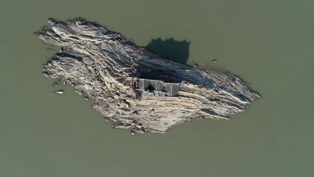 aerial view of the 700yearold guanyin pavilion in yangtze river on december 4 2019 in ezhou hubei province of china - guanyin bodhisattva stock videos & royalty-free footage